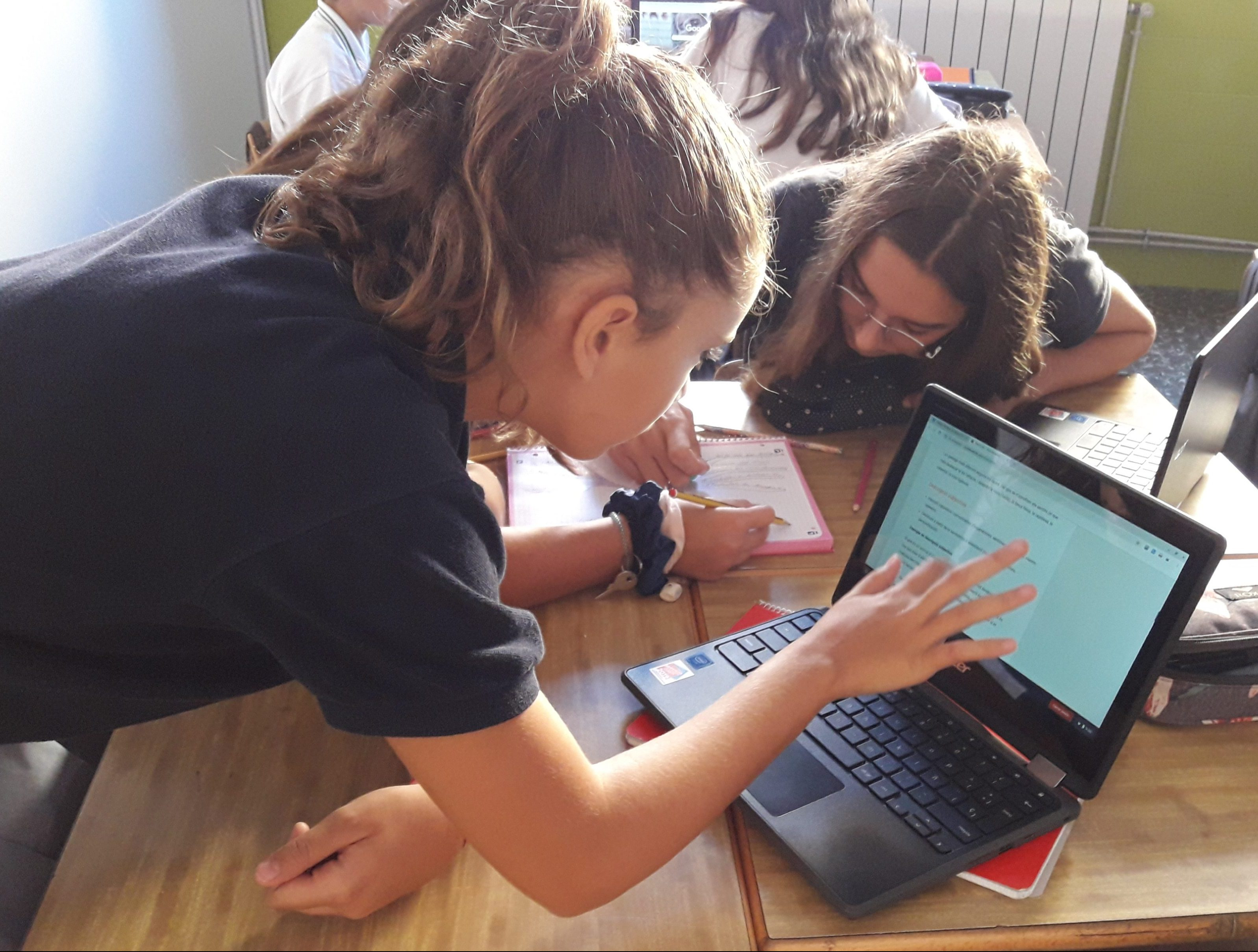 alumna trabaja con dispositivo Chromebook